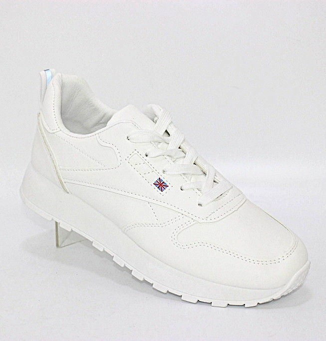 Женские белые кроссовки в классическом стиле