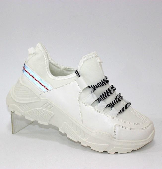 Красивые белые женские кроссовки